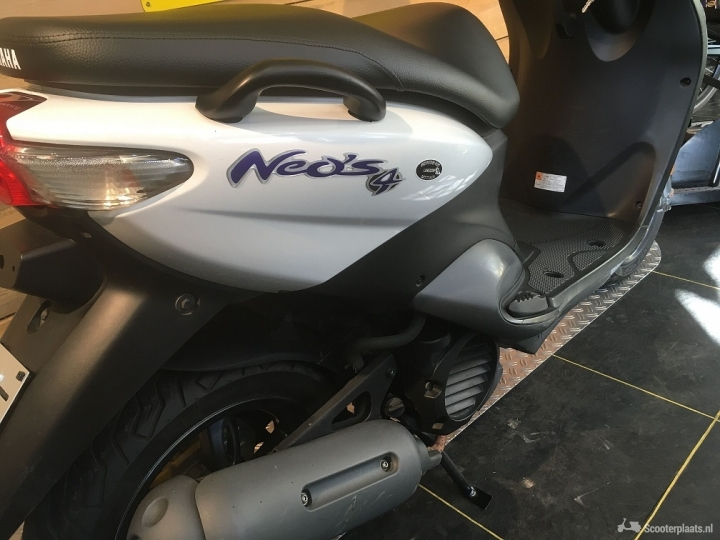 Yamaha NeoS wit