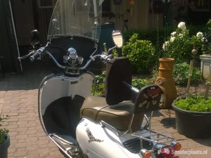 te koop retro scooter met helmplicht