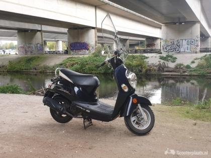 Stoere zwarte snor scooter Kymko Sento 50 2010