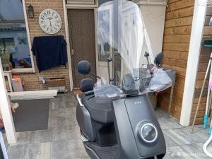 Mat grijze elektrische scooter