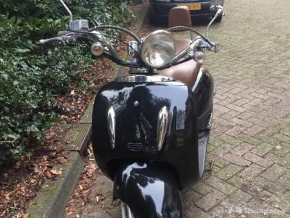 Zwarte Xinix Grande Retro scooter te koop!