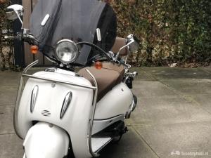 Retro scooter met hoog windscherm