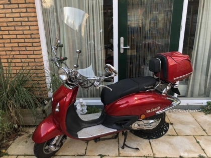 Mooie retro scooter bordeaux