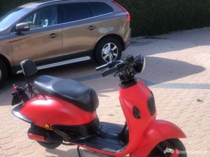 mooie rode scooter Retro ( blauw kenteken )