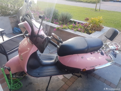 leuke roze AGM snorscooter